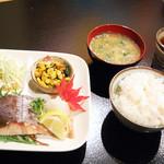 昭和大衆酒場 てくてく屋 - ▲日替わりにご飯とお味噌汁とつけて。