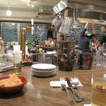bisとろタカギ - 広めの厨房をぐるりと囲む、大きなカウンターテーブルが印象的です。