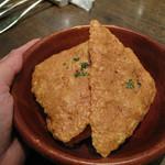 bisとろタカギ - かなりお酒のあて的なチーズせんべい。                             コクのあるチーズをオーブンでカリカリに焼き上げたものです。                             ビールとハイボールにめちゃ合います♪