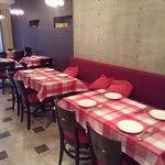 ビストロ ル・パン - 赤いテーブルクロスがお出迎え…