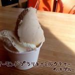 ジェラテリア ジェリーム - アーモンドプラリネ+ミルクティー 390円