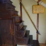 樫舎 - 急な階段で2階へ