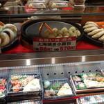 桂林 常菜房 - 餃子バーガー(189円)、エビチリバーガー(189円)、上海焼き小龍包(98円)
