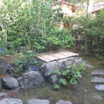 上林春松本店 - 店内の奥には坪庭がありました!