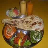 アリアナレストラン - HOLIDAY LUNCH 6種類のカレーの中から2種類、シェフのおすすめのお肉、ナンORライス、サラダ、マンゴーラッシー