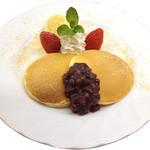 菊屋 - ヒルトンプラザ店限定! 菊屋のパンケーキ:もちっとふんわりした食感のパンケーキを菊屋特製の小豆餡と黒みつをあしらいました。アイスクリームにさっぱりとした甘味ときな粉の芳ばしさが何度も食べたくなる老舗和菓子屋特製の和風パンケーキ!