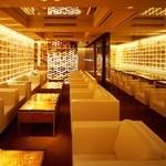 SALON DE BOU'S - 内観写真:ワインをモチーフにした内装と白いソファーのサロンでくつろぎのパーティーをおたのしみいただけます。