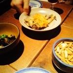 居酒屋 寿寿 - お通し3種(柿ピー・茄子煮・ワカサギ南蛮漬け)