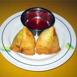 アリアナレストラン - サモサ インド風の餃子です。中身はじゃがいもと野菜で、皮はカラッと揚げてあります。ボリュームたっぷりの一品!