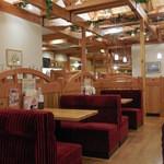 コメダ珈琲店 - 定番の赤いソファー