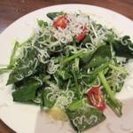 キッチンブイ - ほうれん草としらすのサラダ 880円
