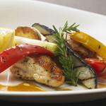 オーヴェスト - プリッとした鶏肉と野菜の甘みが引き出されたグリル料理