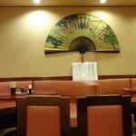 中国料理 安泰楼 - シンプルな店内