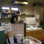鳥料理 有明 - ご主人は広い厨房に一人で料理から接客までこなしています