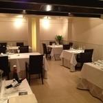 レストラン シュバル ブラン - 白を基調とした店内