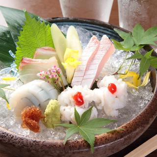 旬の魚にこだわり、良質な魚を様々な料理で楽しめます