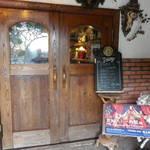19604823 - 入口は重い木の扉