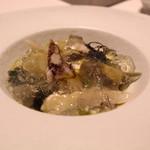 レストラン ラ フィネス - 京都府丹後半島より、トリ貝と京賀茂茄子の冷製仕立て 海水に見立てたシャテルドンのジュレと広島産ジュンサイ添え