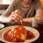 Le Cafe RETRO - 大定番のオムライス。デミグラスも人気ですが、常連さんはトマトソース。どこか懐かしい味がポイントです。