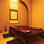 祇園ゆやま - 茶室のように小さな間口をくぐると広がる個室。4名まで利用可能