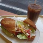 ドトールコーヒーショップ - ミラノサンド・彩り野菜とチキンのバーニャカウダソース、アイスカフェラテ