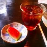 リンデン - 豚バラ丼の飲みものとフルーツ