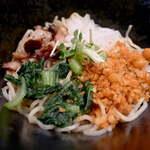 麺料理しんでぃ - 具は刻みチャーシュー、桜海老が香る天かす、青菜、玉ねぎ、貝割れ、海苔