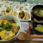 19611424 - 牛すじ玉丼、お味噌汁、カボチャの煮物、タケノコの煮物の定食