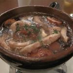 ワイン食堂 根 - コリコリとマッシュルームのアヒージョ。 『コリコリ』は牛の大動脈だそうです。 熱々オイルだっぷりなので、別注文のバゲットは必須。