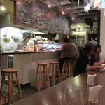 ワイン食堂 根 - カウンター席。メニューは日によって変わるので黒板メニューのみ。