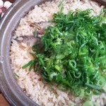 鮎の茶屋 - これがメインの鮎ごはん!土鍋で炊いて、これ、2人前ですが・・・ 裕に4人分くらいはいけそう…