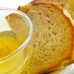 バロンズグリルアンドエルディーケー バロン - パン工房 アペティのライ麦パン ガーリックオイル