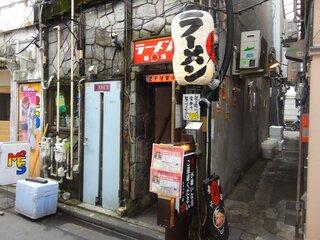 すごい煮干ラーメン凪 新宿ゴールデン街店本館 - 右横の路地にみなさん並んでました