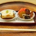 洲石 - 八寸 左:伊勢芋、長芋、ウニをゼラチンで固めたもの 右:花豆、ホアグラの煮こごり、イワシの煮浸し、新ものの丸十(さつまいも)焚き物、フルーツトマト