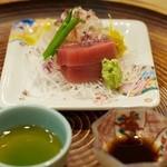 洲石 - お造り 天然鯛の昆布〆、まぐろ、シソの花、ラディッシュ、大根 刺身醤油の左にあるのは煮切った日本酒にレモンと醤油を合わせたもの。