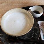 夢茶房 - ほうじ茶ラテ。黒蜜で甘さをつけます。