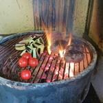 19638023 - 炭火でバーベキューの様に豪快に焼きます♪