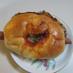 石釜パン工房 ル・ピエール - ソーセージチーズパン130円、中にはチーズに包まれたソーセージが丸ごと一本入ってます