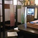 折衷旬彩 香月 - カウンターとテーブル席があります。