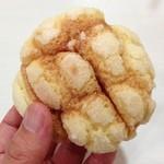キキ ベーカリー&デリ - メロンパン110円