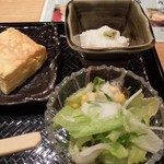 魚と創作料理 だん - 「焼き魚御膳」の小鉢とサラダと出汁巻き玉子