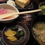 魚と創作料理 だん - 「焼き魚御膳」の漬物と味噌汁と女性限定サービスミニデザートゼリー