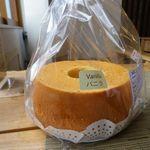 19648496 - ホールのシフォンケーキは季節でいろいろな味が。