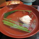 高玉 - お寿司を少し食べたらお吸い物で口休め、鯛やじゅん菜等を使った上品なお吸い物です。