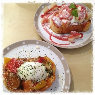 Amis - 5月にモーニングカフェ・ウィークに来たカフェです。その時にクーポンが当たるというので応募してもらったら〜見事1000円チケットが当たったので〜お礼を兼ねてやってきました。  私はお食事系の ラタトゥイユ&温泉卵のフレンチトースト。 ダーはデザート系の赤桃と白桃のフレンチトーストです。 ラタトゥイユは、トマトの風味で優しい味でした。ドリンク付きで900円。  さて、これから沖縄慰霊の日記念上映会「ひ