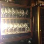 19659743 - 見づらいですがワインセラーとグラスケース。この充実ぶり。