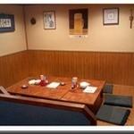 喰わんか屋 - 店内奥側のテーブル席
