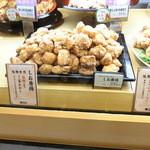鶏三和 - 美味しそうに並んでいるのよッ。。。これって全部食べたいッッッ。