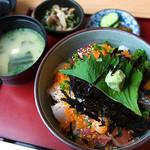 御食事処 きはち - 「海鮮丼」(1,570円)。これも絶品。