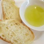 カフェ ド ヒラオカ - 自家製パン、オリーブオイルで